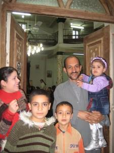 Familie vor Kirchentüre