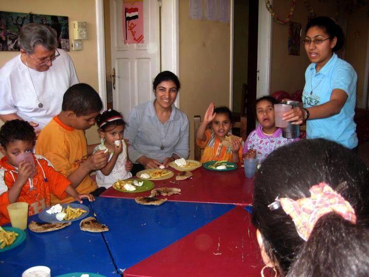 Victoria, Wafaa and Trudy with children in Berba
